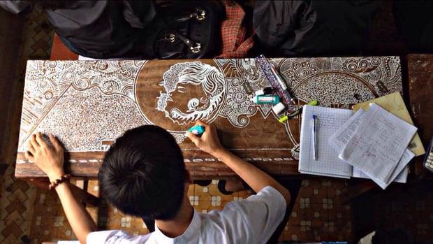 Hình ảnh Đà Nẵng: Chỉ với 1 cây bút xóa, nam sinh 9X vẽ hàng chục bức tranh ấn tượng lên bàn học số 1