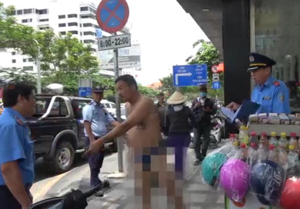 Tài xế taxi dù cởi quần áo, cầm dao rượt đuổi TTGT gây náo loạn 1