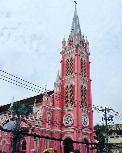 Hình ảnh Cận cảnh nhà thờ màu hồng đẹp như cổ tích nằm giữa phố Sài Gòn số 3