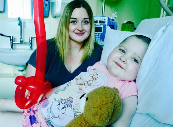 Mắc bệnh lạ, bé gái 5 tuổi chỉ cần cử động mạnh là có thể tử vong bất cứ lúc nào 2