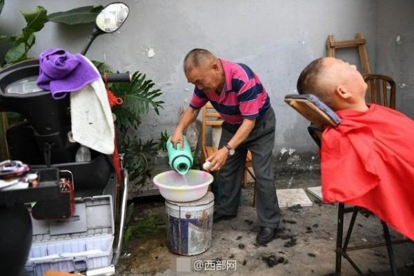 Hình ảnh Kinh hãi sở thích cạo mắt bằng dao lam để làm sáng mắt của người Trung Hoa số 2