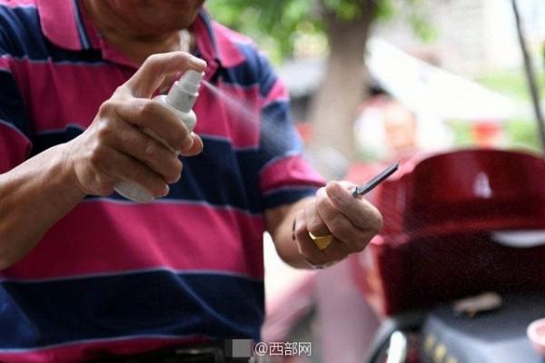 Hình ảnh Kinh hãi sở thích cạo mắt bằng dao lam để làm sáng mắt của người Trung Hoa số 3