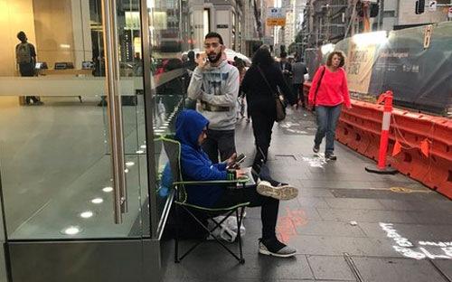 Hình ảnh Fan cuồng cố thủ 10 ngày trước Store để mua iPhone X số 2
