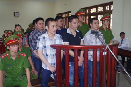 Dù đang đang chấp hành án tù nhưng Lê Văn Thọ (áo kẻ cộc tay) vẫn gọi điện  chỉ đạo những đối tượng ngoài xã hội thực hiện hành vi giết người, ...