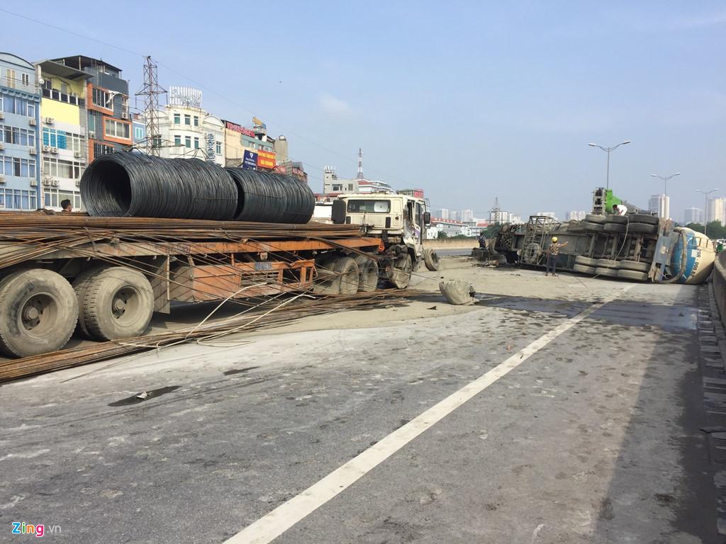 Hình ảnh TNGT nghiêm trọng: Va chạm xe tải, xe bồn lật ngang trên đường vành đai 3 số 1