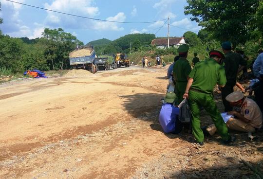 Ngăn cản bố mẹ phản đối thi công đường, con gái bị xe cán tử vong 1