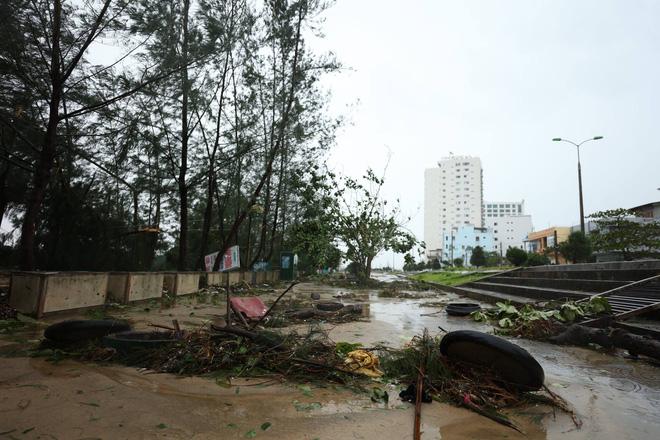 Bão vào bờ vẫn giật cấp 15, đã có người chết và mất tích, hàng trăm hộ dân mắc kẹt 1
