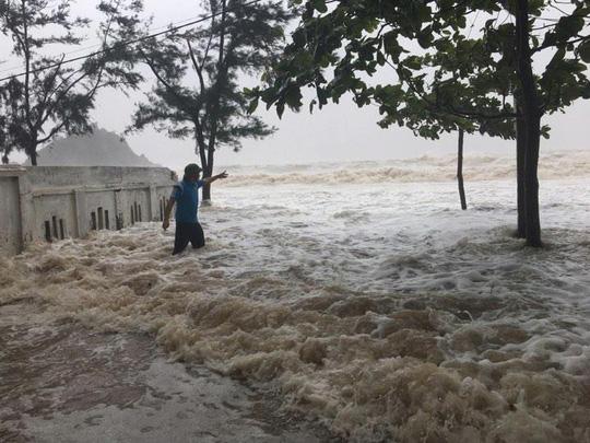 Bão số 10 quần thảo tơi tả Hà Tĩnh, Nghệ An có nguy cơ vỡ đê 1