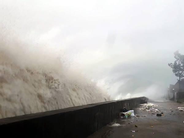 Bão số 10 quần thảo tơi tả Hà Tĩnh, Nghệ An có nguy cơ vỡ đê 2
