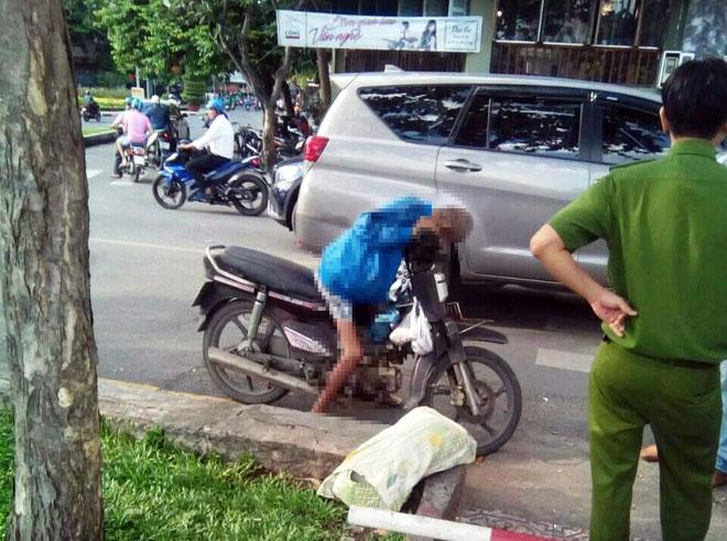 Người đàn ông chết gục trên xe máy ven đường 1