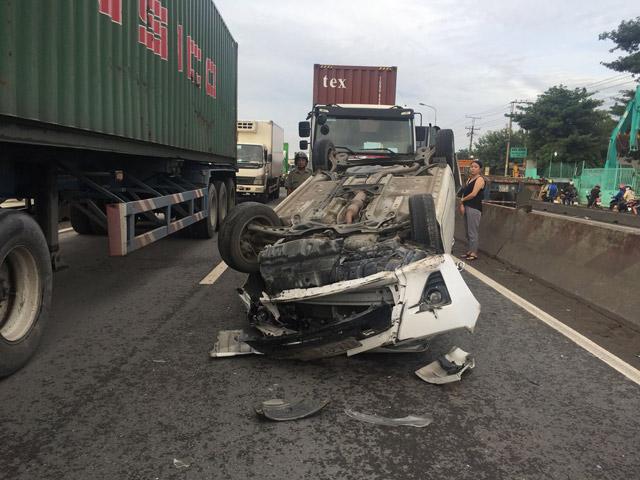 Cặp vợ chồng hoảng loạn kêu cứu vì mắc kẹt trong ôtô bị container húc lật ngửa 1