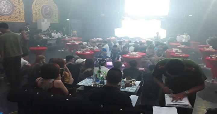 Đột kích quán bar, hàng trăm khách chơi vứt ma túy xuống sàn 1