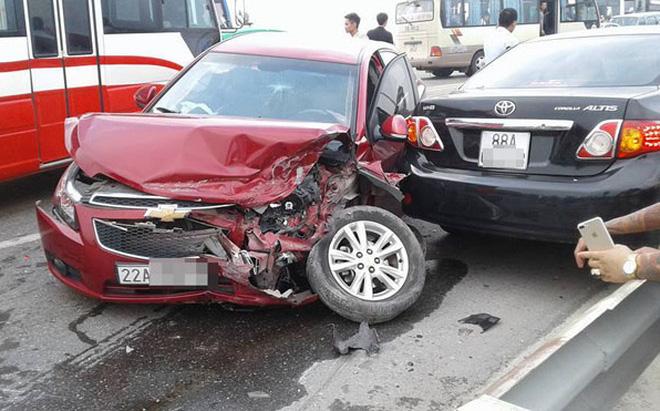 3 ô tô đâm nhau trên cầu Thăng Long, giao thông ùn tắc hàng giờ 1