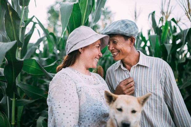 """Hình ảnh Câu chuyện xúc động về bộ ảnh cưới """"chăn trâu-mót lúa"""" của đôi vợ chồng Sóc Trăng số 5"""