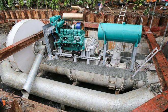 Sau 13 phút, 'siêu máy bơm' hút cạn nước tại rốn ngập Sài Gòn 1