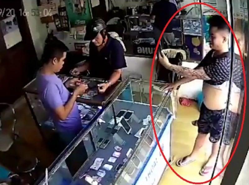 Hà Nội: Nam thanh niên giả vờ mua điện thoại rồi cầm iPhone chạy mất 1