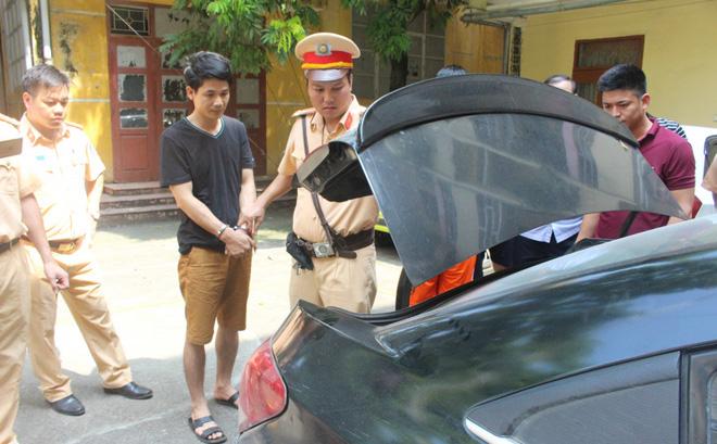 Bắt giữ người đàn ông liều lĩnh dùng xe gắn biển xanh giả vận chuyển ma túy đá 2