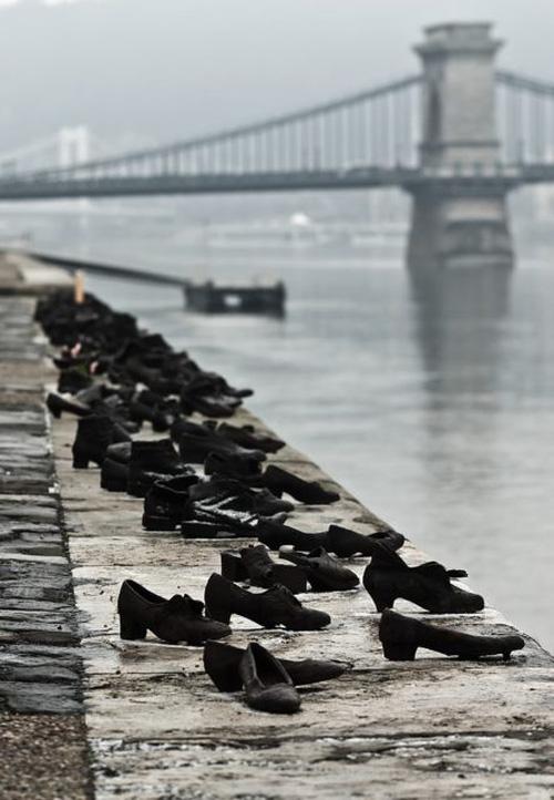 Hình ảnh Câu chuyện đau lòng phía sau 60 đôi giày bên dòng sông Danube ở Hungary số 2