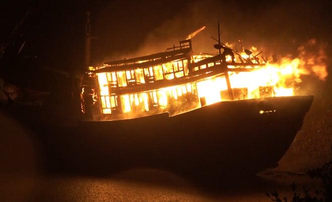 Quảng Ngãi: 100 cảnh sát thức trắng đêm chữa cháy hai tàu cá 1