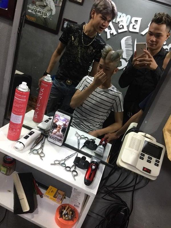 Nam thanh niên cắt tóc kiểu