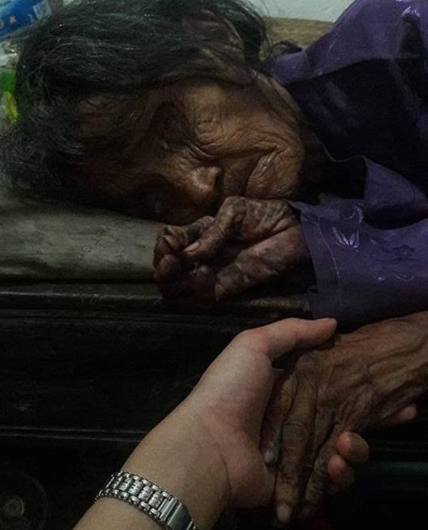 Rơi nước mắt trước cảnh đời neo đơn của cụ bà 70 tuổi đói đến mức không thể ngồi dậy 3