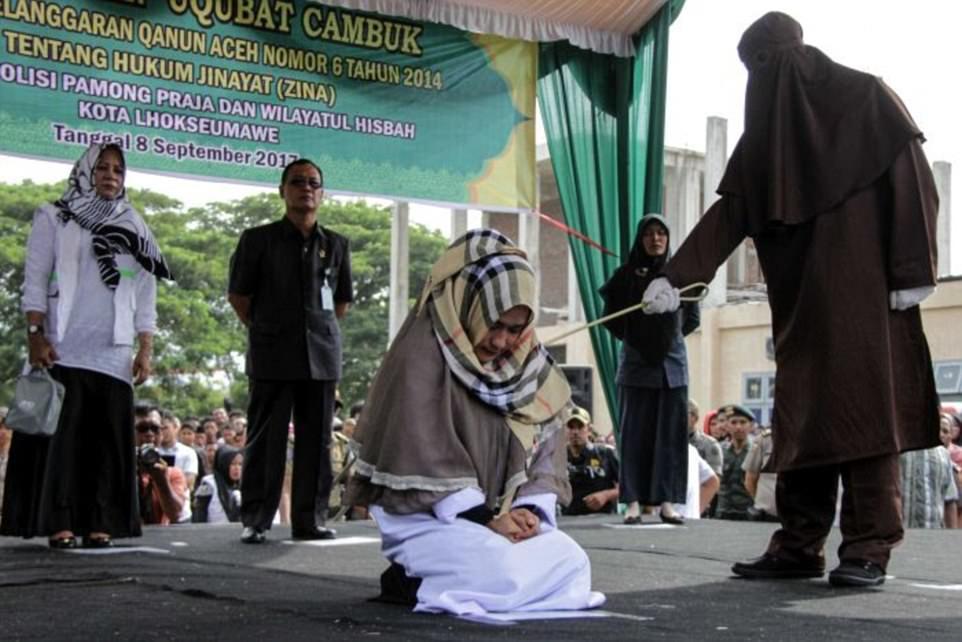 Đứng gần trai lạ, 1 người phụ nữ Indonesia bị đánh 100 roi đến nhập viện 1
