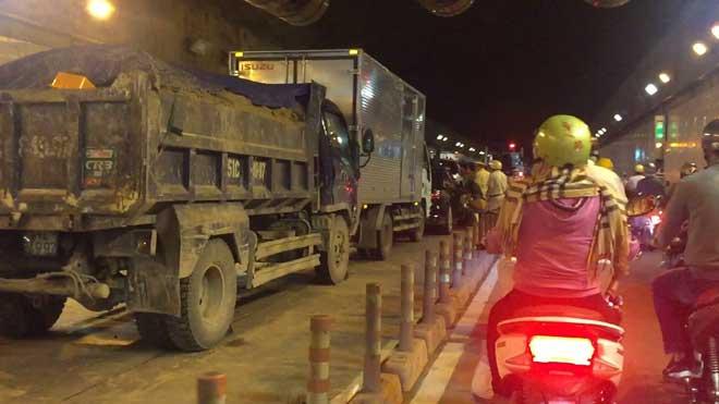 Tai nạn liên hoàn giữa 5 ô tô trong hầm vượt sông Sài Gòn, giao thông tê liệt 1