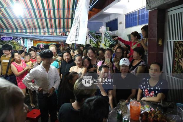 Đám đông hiếu kì, liên tục cười giỡn xin chụp ảnh nghệ sĩ trong đám tang của danh hài Khánh Nam 2