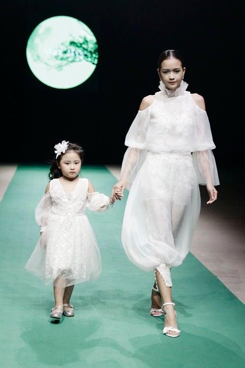 Hình ảnh Mẹ con Hồng Quế làm vedette trong đêm mở màn Tuần lễ thời trang Việt Nam 2018 số 6