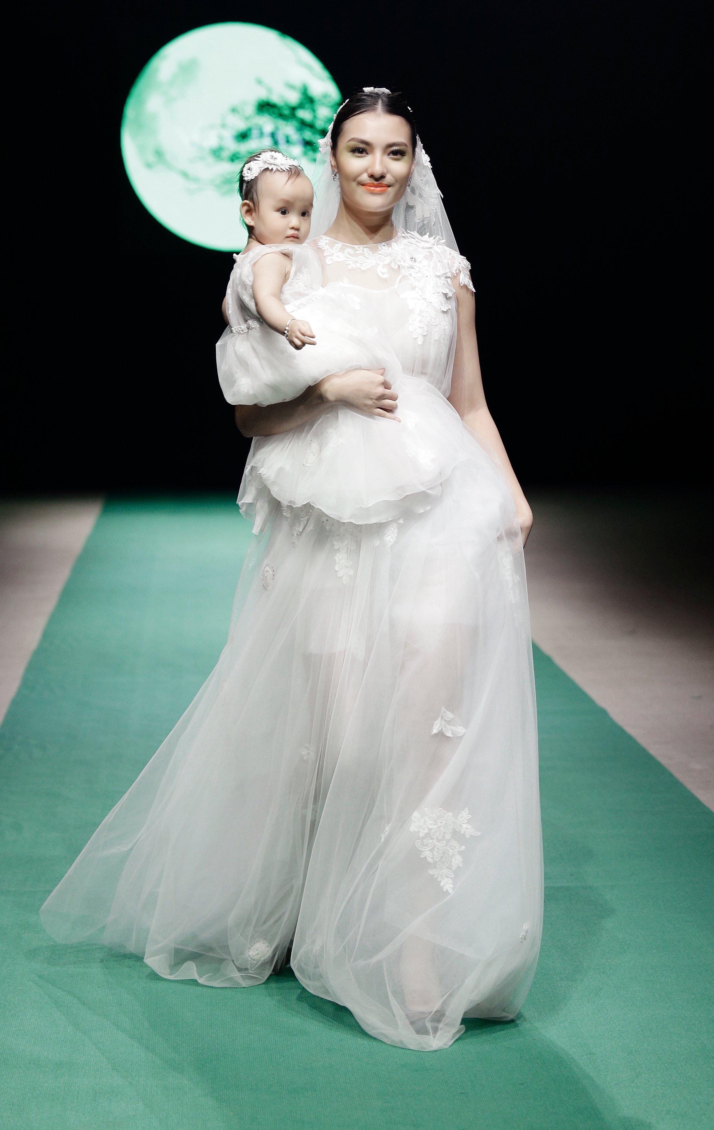Hình ảnh Mẹ con Hồng Quế làm vedette trong đêm mở màn Tuần lễ thời trang Việt Nam 2018 số 1