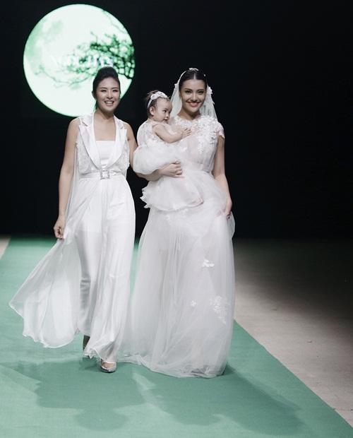 Hình ảnh Mẹ con Hồng Quế làm vedette trong đêm mở màn Tuần lễ thời trang Việt Nam 2018 số 2