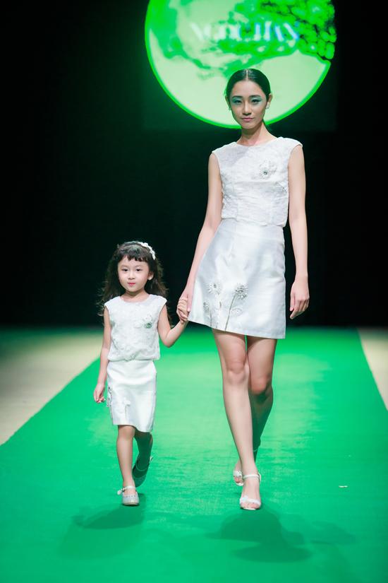 Hình ảnh Mẹ con Hồng Quế làm vedette trong đêm mở màn Tuần lễ thời trang Việt Nam 2018 số 5
