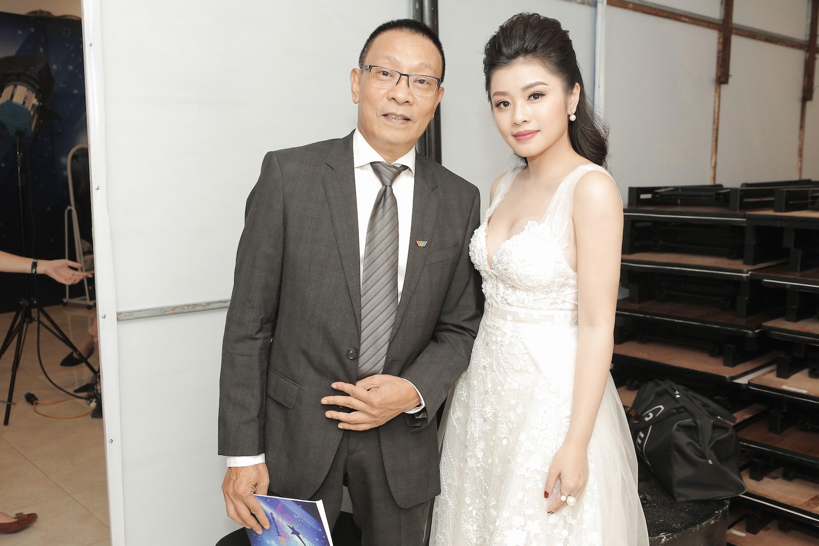 Sao mai Thu Hằng thân thiết với MC Lại Văn Sâm trong hậu trường 7