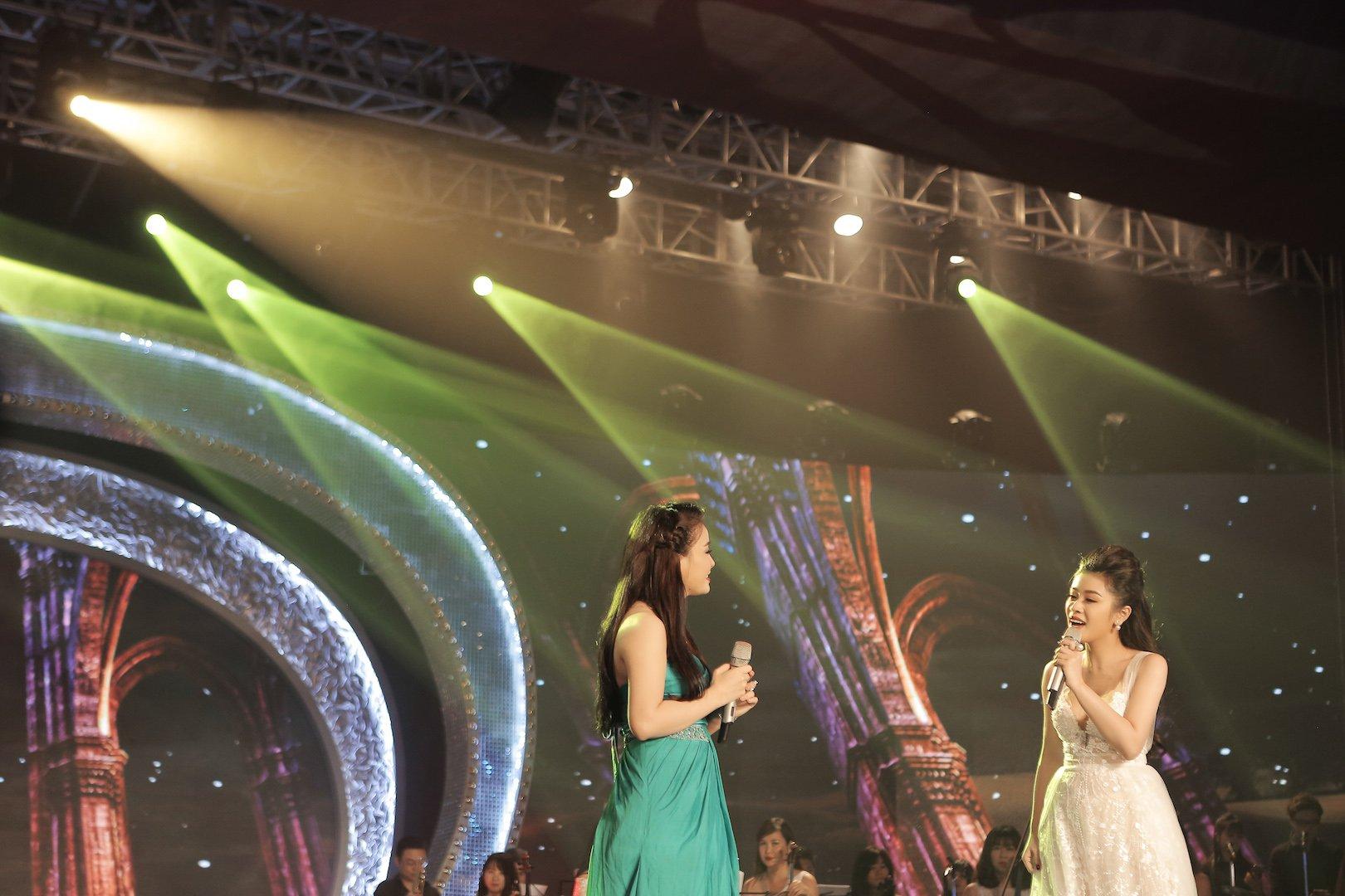 Sao mai Thu Hằng thân thiết với MC Lại Văn Sâm trong hậu trường 9