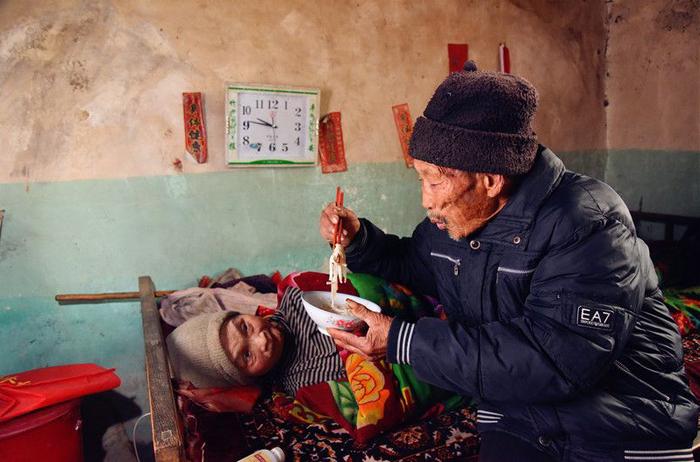 Hình ảnh Chỉ vì một câu hứa, cụ ông dành hơn nửa cuộc đời mình chăm vợ bị bại liệt số 4