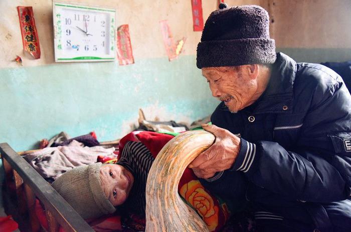 Hình ảnh Chỉ vì một câu hứa, cụ ông dành hơn nửa cuộc đời mình chăm vợ bị bại liệt số 2