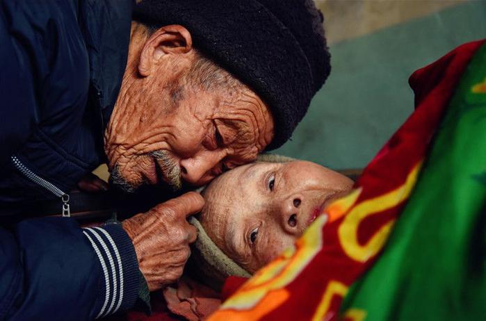 Hình ảnh Chỉ vì một câu hứa, cụ ông dành hơn nửa cuộc đời mình chăm vợ bị bại liệt số 1