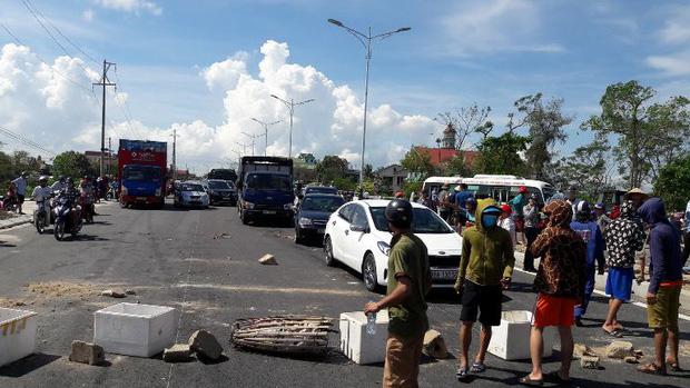 Hàng trăm người dân vây bắt xe chở 11 tấn mực hôi thối 1