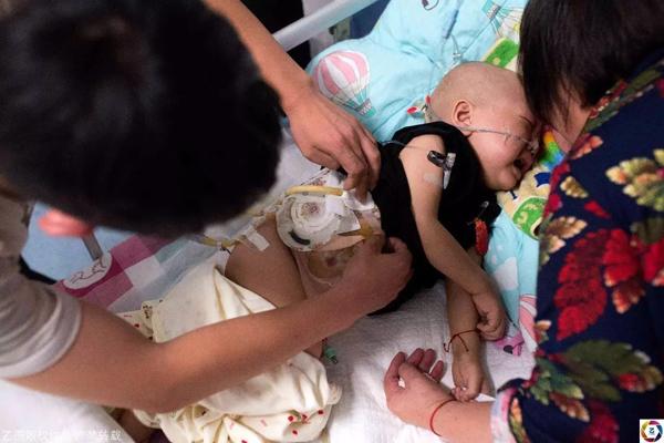 Mẹ ruột bỏ rơi con trai 2 tuổi bị ung thư, trộm luôn 1 tỷ tiền mặt chữa bệnh cho con 1