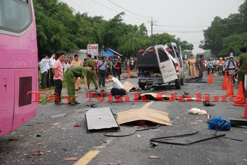 TNGT đặc biệt nghiêm trọng: Xe khách đối đầu, 6 người chết, 10 người nguy kịch 3