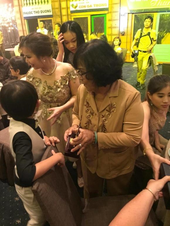 Đàm Vĩnh Hưng không chỉ tha thứ mà anh còn cầu nguyện cho mẹ trong tiệc sinh nhật 6