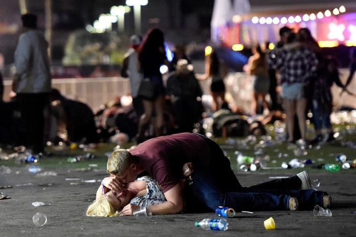 Bức hình ám ảnh vụ xả súng Las Vegas: Người chồng hy sinh thân mình che cho vợ khỏi cơn mưa đạn 4