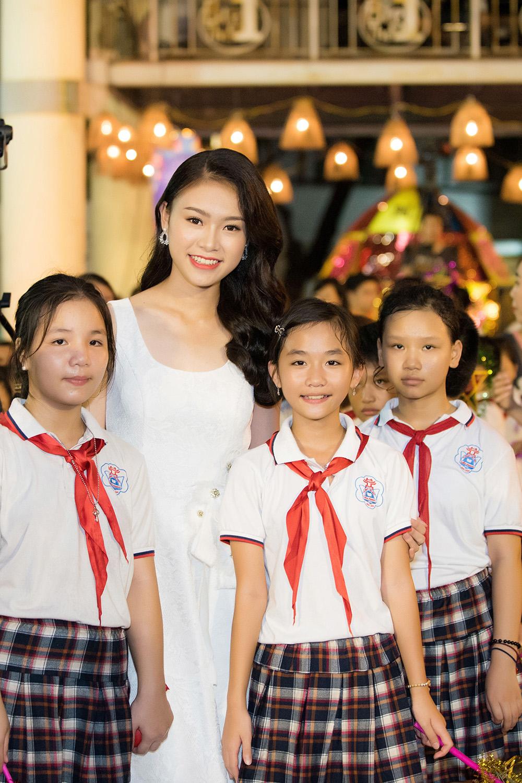Người đẹp học giỏi nhất Hoa hậu Việt Nam hóa chị Hằng đêm Trung Thu 6