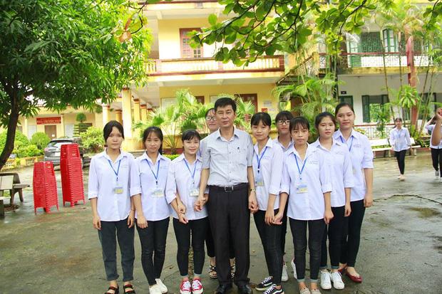 Thầy Hiệu trưởng chuyển công tác, hàng trăm học sinh nghẹn ngào quyến luyến 8
