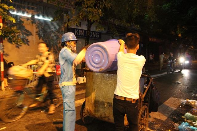 Cảm động câu chuyện người chồng thu gom rác giúp vợ tại phố cổ sau đêm Trung thu 2