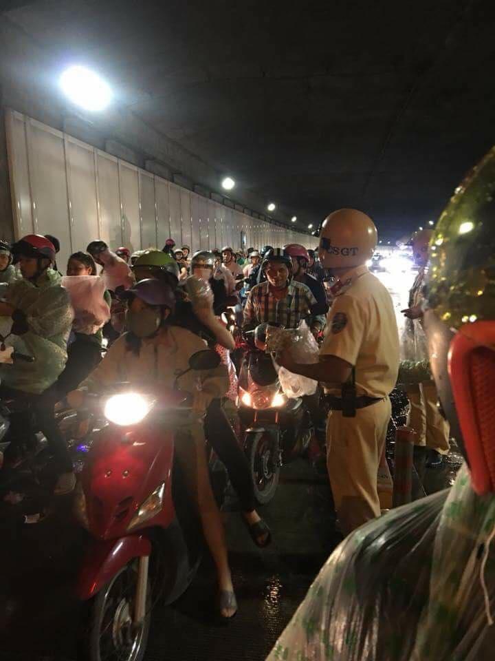 Hình ảnh đẹp đêm Trung thu: CSGT phát áo mưa miễn phí cho người dân 2