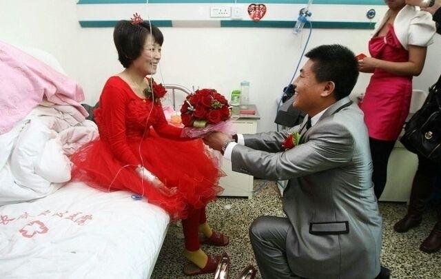 Chuyện tình cảm động cô dâu bị ung thư giai đoạn cuối, chú rể rước dâu bằng xe cứu thương 1