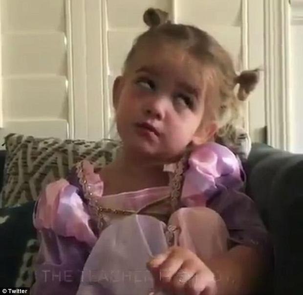 Màn lý sự cực yêu của cô bé 2 tuổi khi nói rằng tập Yoga thực chất chỉ là mật ong chảy tràn trên mặt 3