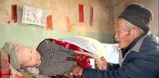 Xúc động trước cảnh người chồng chăm sóc vợ bị liệt toàn thân suốt 56 năm 4