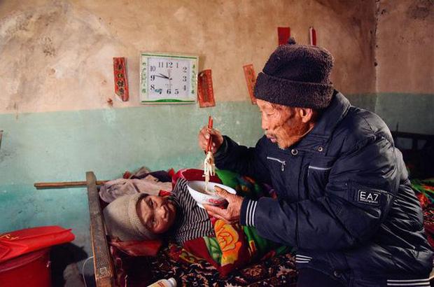 Xúc động trước cảnh người chồng chăm sóc vợ bị liệt toàn thân suốt 56 năm 5